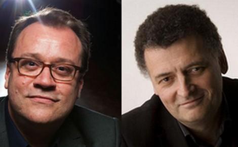 A gauche : Russell T. Davies, à droite : Steven Moffat.