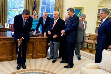 Barack_Obama_takes_a_practice_putt_in_the_Oval_Office